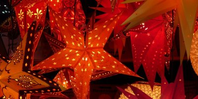 Red Christmas stars of various kinds and patterns